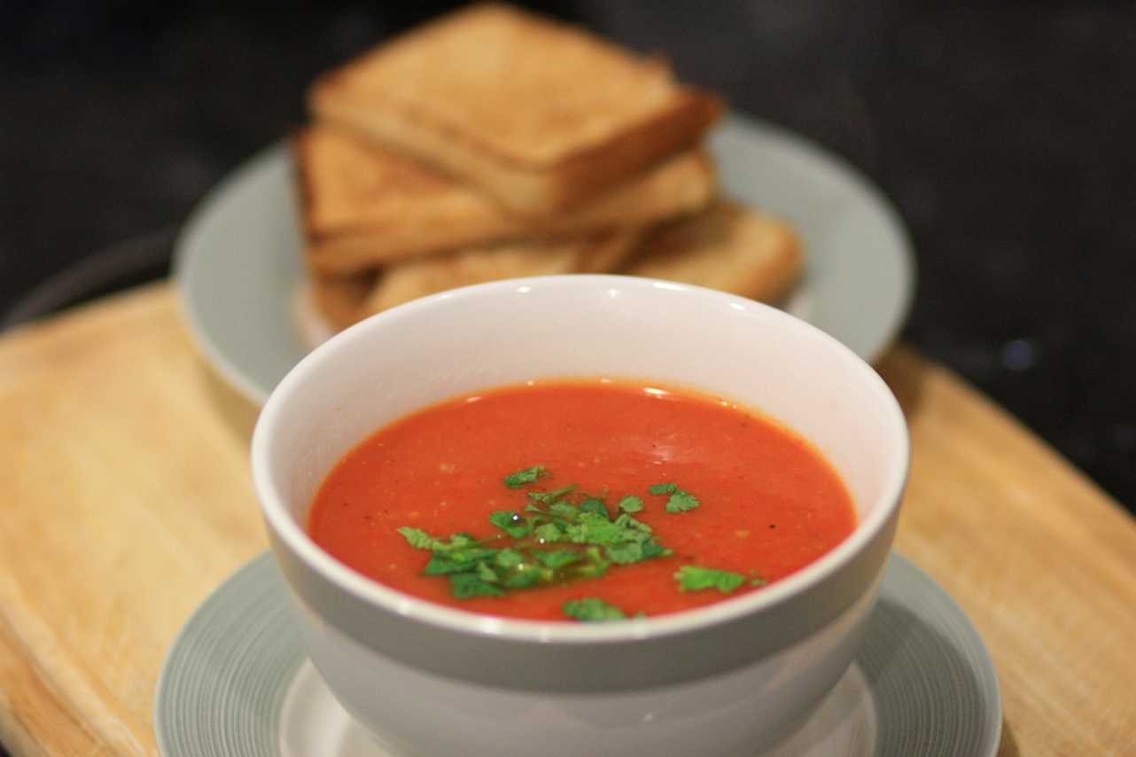 Roasted Capsicum and Tomato Soup with bread
