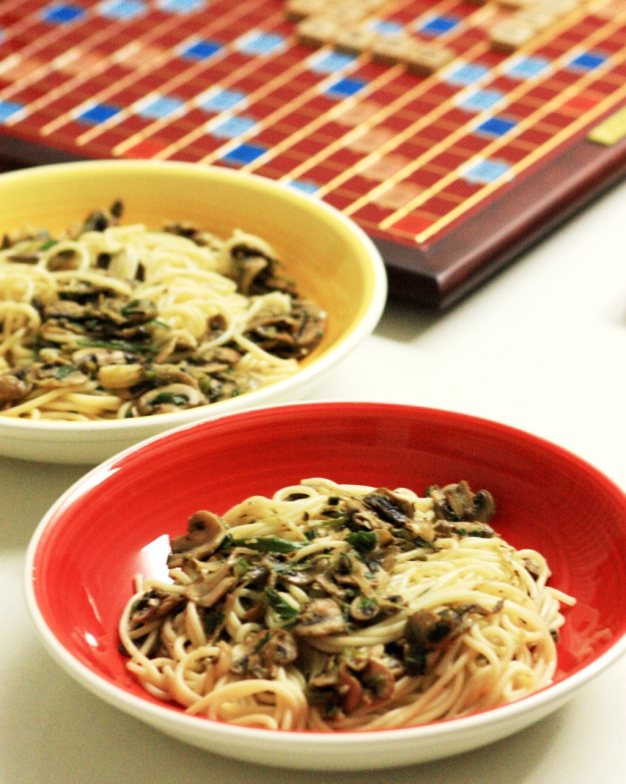 Spaghetti with Mushrooms, garlic and onion salad