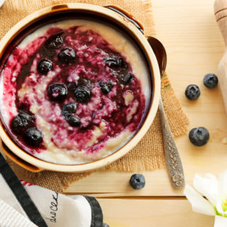 oats porridge with blueberries